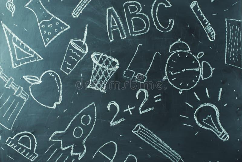 绘在学校黑板,背景的孩子 免版税库存照片