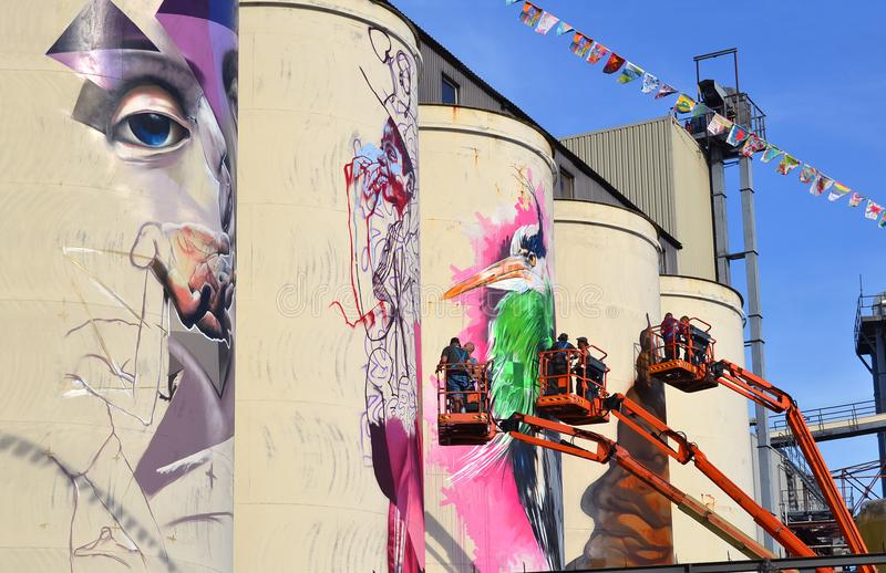 绘在筒仓的艺术家队壁画在idustrial区域 库存图片