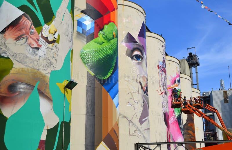 绘在筒仓的艺术家队壁画在idustrial区域 图库摄影