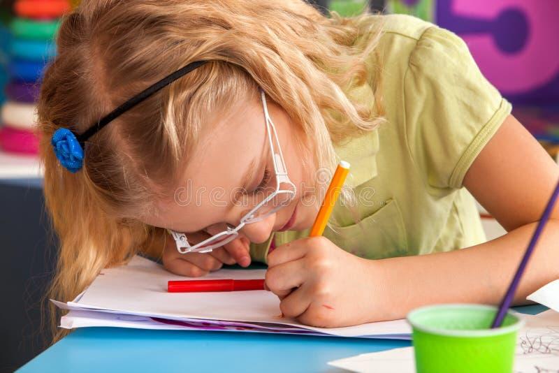 绘在艺术学校的小学生孩子分类 库存图片