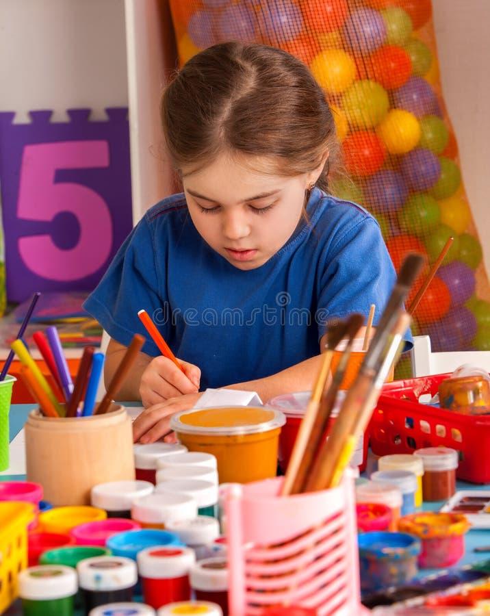 绘在艺术学校类的学生孩子 免版税库存照片