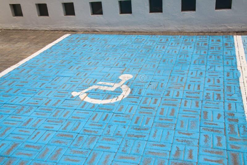 绘在路面-兰萨罗特岛的蓝色和绿色残疾停车处 免版税库存照片