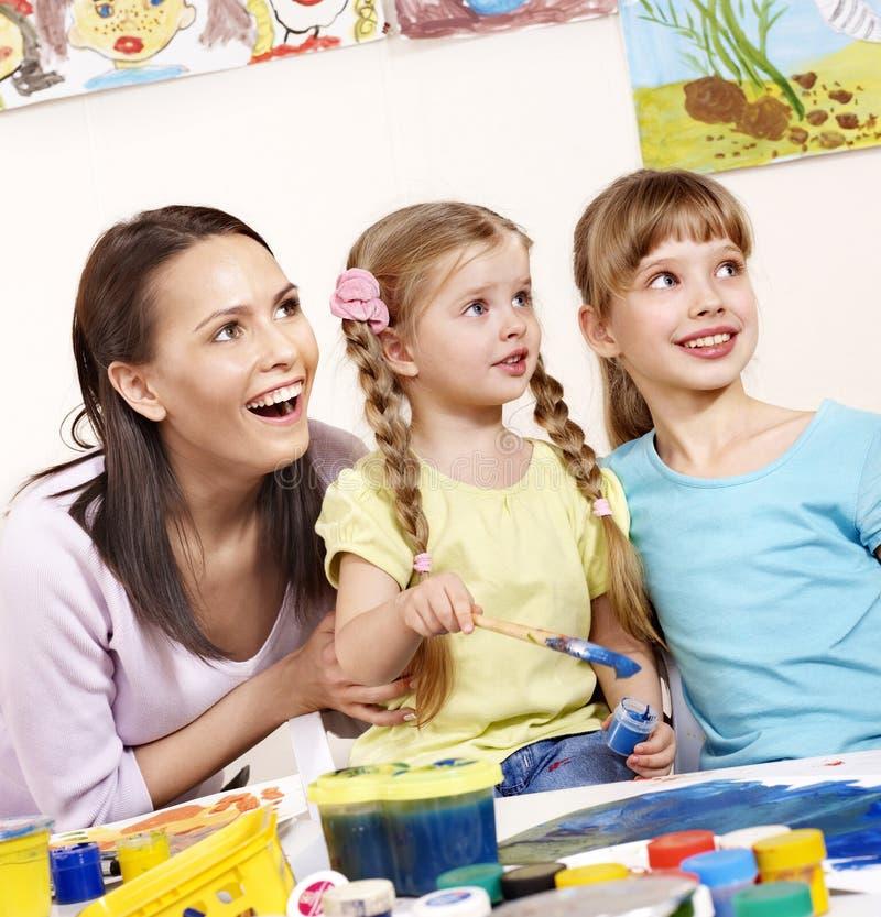 绘幼稚园的孩子 免版税库存图片