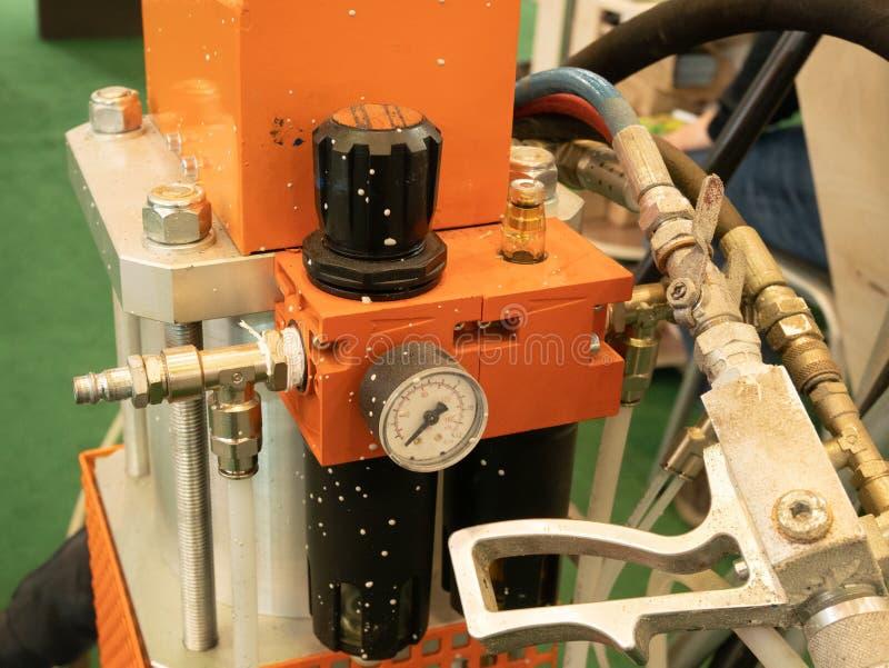绘或应用的防水树脂涂层特写镜头专业工具气动力学的设备在汽车,墙壁或者其他不同 免版税库存照片