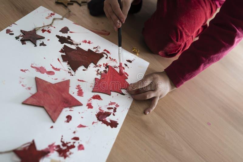 绘木圣诞节装饰的年轻人 免版税库存图片