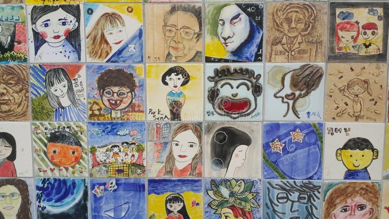 绘画和人的雕刻的面孔在墙壁上的回忆录的 免版税库存照片