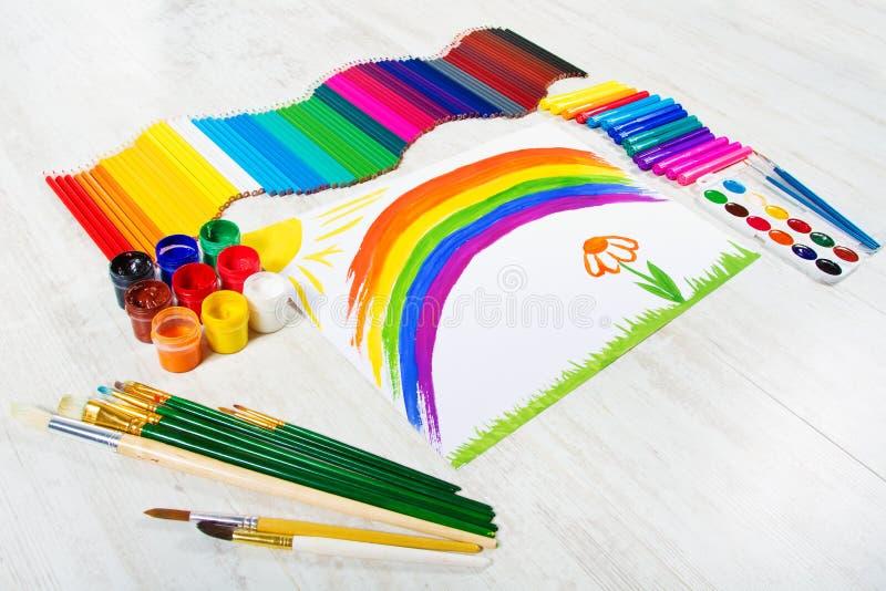 绘画工具,儿童图画彩虹。 Creativ 免版税库存照片