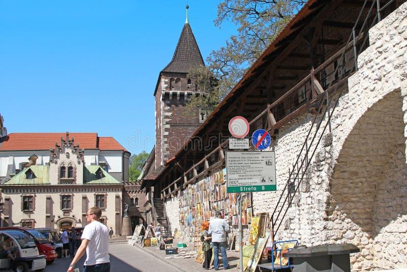 绘画陈列销售在克拉科夫附近堡垒墙壁的, P 免版税图库摄影