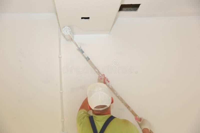 绘的墙壁和天花板将似乎是简单的活动,仍然它包含许多秘密您需要学会绘我们 库存照片