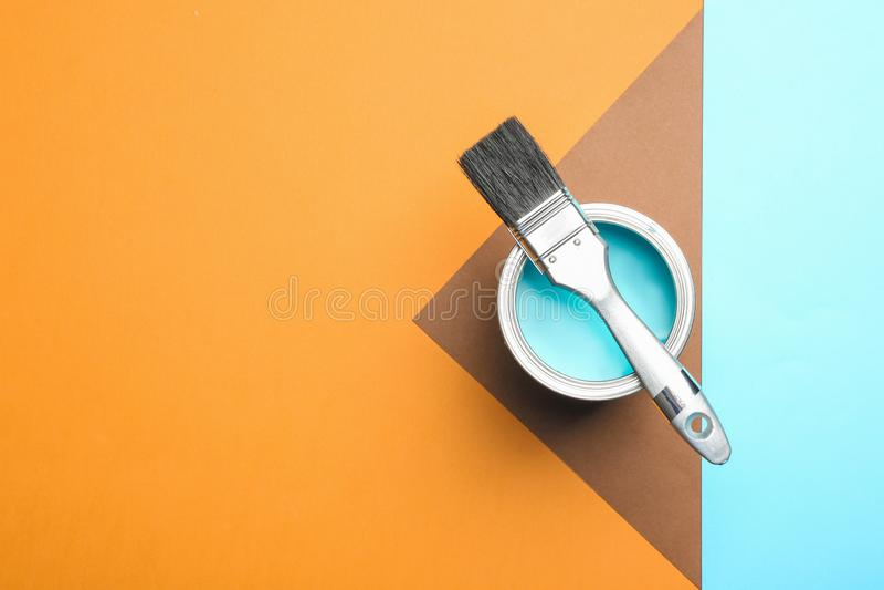绘罐头和刷子在颜色背景,顶视图 库存照片