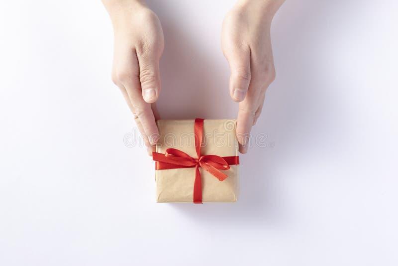 给一个礼物盒 免版税库存照片