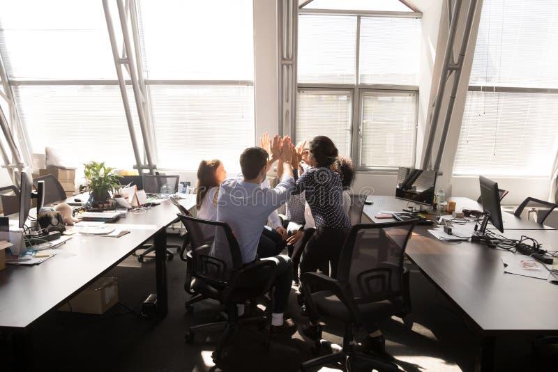 给上流五的不同种族的雇员小组在公司会议上 免版税库存图片