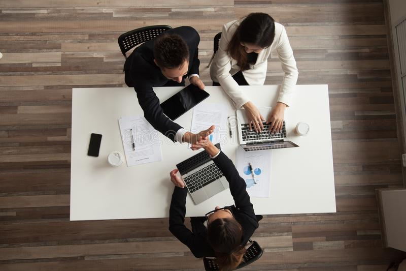 给上流五的工作者顶视图同事 免版税库存照片