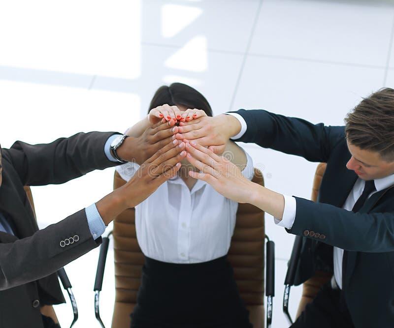 给上流五的成功的企业队,坐在书桌后 库存图片