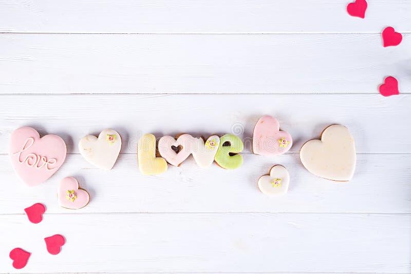 给上釉的心形的曲奇饼为情人节-可口自创自然有机酥皮点心,烘烤充满爱为 免版税库存照片