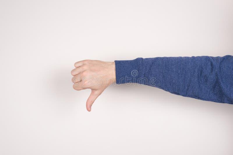 给不快乐的哀伤的生气不满意的人的播种的特写镜头照片图象图片做在姿态被隔绝的灰色下的手指 免版税库存图片