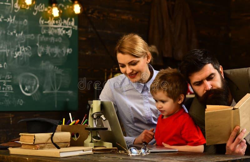 给专人上课的成熟家庭教师eacher学龄前男孩,在教室的老师图画在学校,概念教育- 免版税库存照片