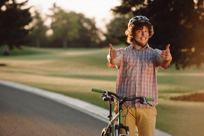 给两赞许的愉快的骑自行车者户外 库存照片