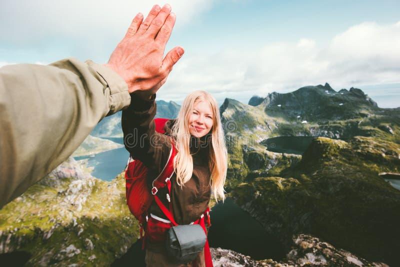 给五只手的愉快的夫妇朋友远足在山 库存图片