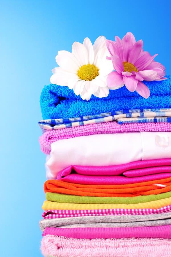 给五颜六色的花堆穿衣 库存图片