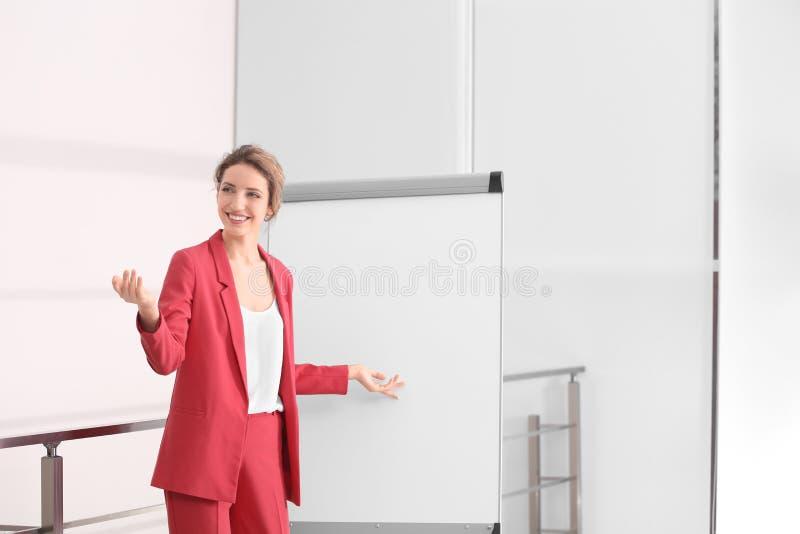 给介绍的女性企业教练员 免版税库存照片