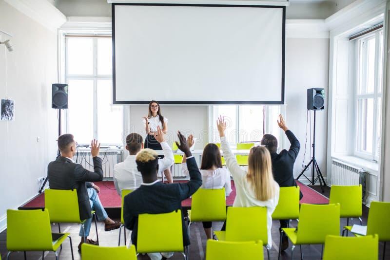 给介绍的成功的女实业家企业队 女性在公司训练的ceo领导教练的教学 年轻 免版税库存图片