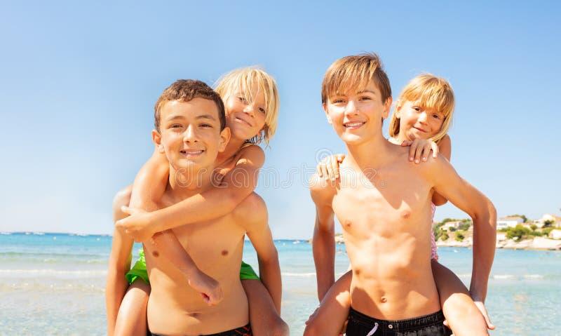 给他们的小朋友的男孩扛在肩上乘驾 库存照片