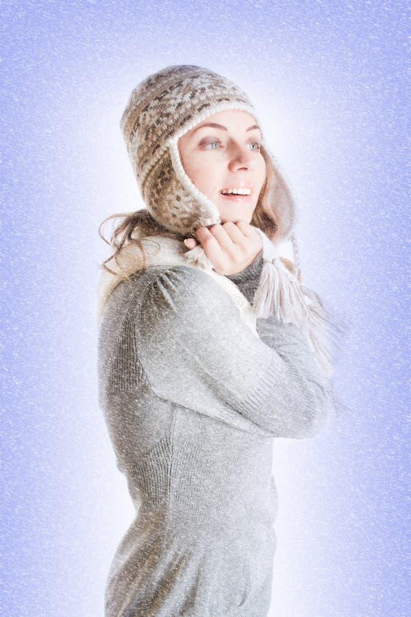 给冬天妇女穿衣 库存图片