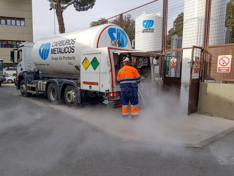 给医院的氧气和氮气大坦克充电的卡车 免版税库存图片