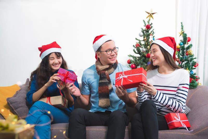 给圣诞礼物箱子的人党的妇女 免版税图库摄影
