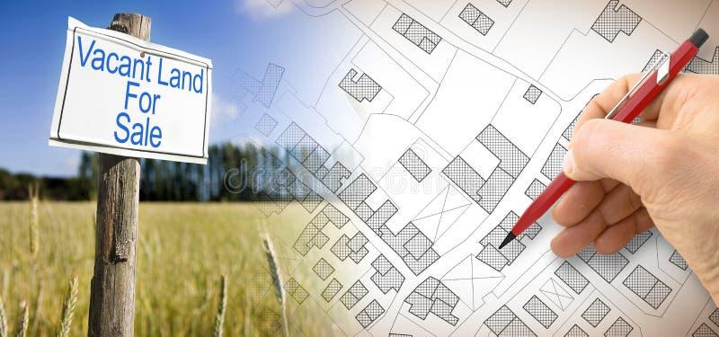 给在一个农村场面的金属牌做广告与空置土地对此写的待售和疆土一个虚构的地籍图  免版税库存图片