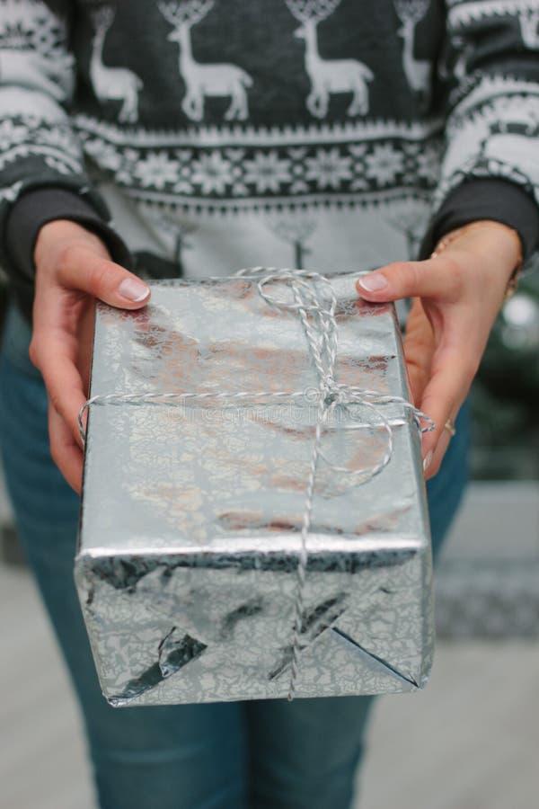 给在一个银色箱子的女孩一圣诞礼物您 图库摄影