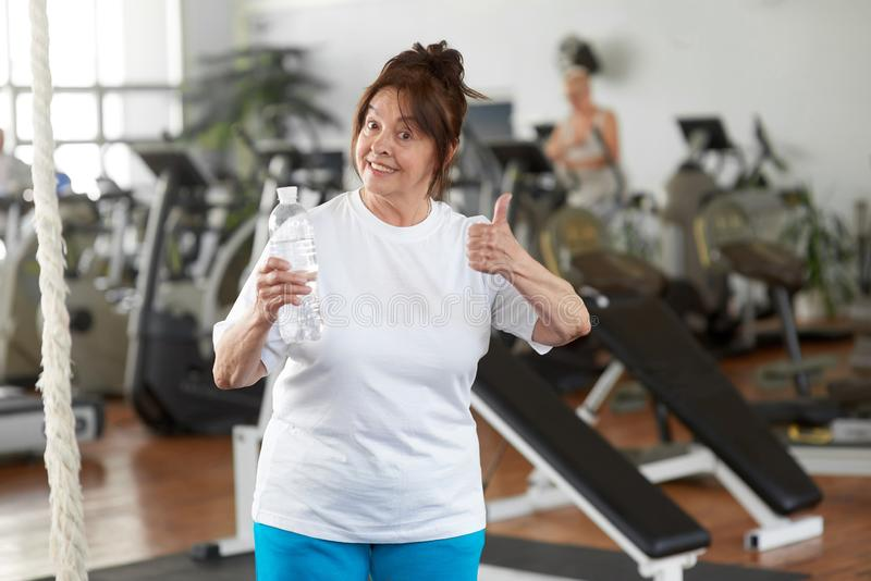 给在健身房的活跃妇女赞许 图库摄影