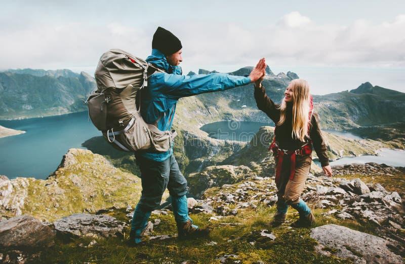 给在山上面的愉快的夫妇朋友五只手  免版税库存图片