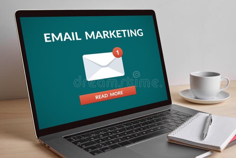 给在现代便携式计算机屏幕上的营销概念发电子邮件 免版税库存照片