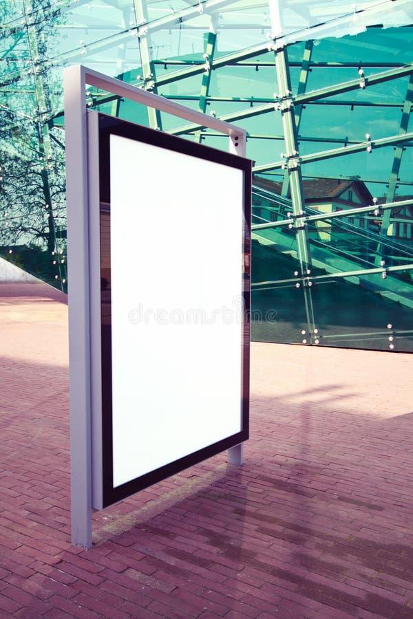 给在街道的面板做广告 库存图片