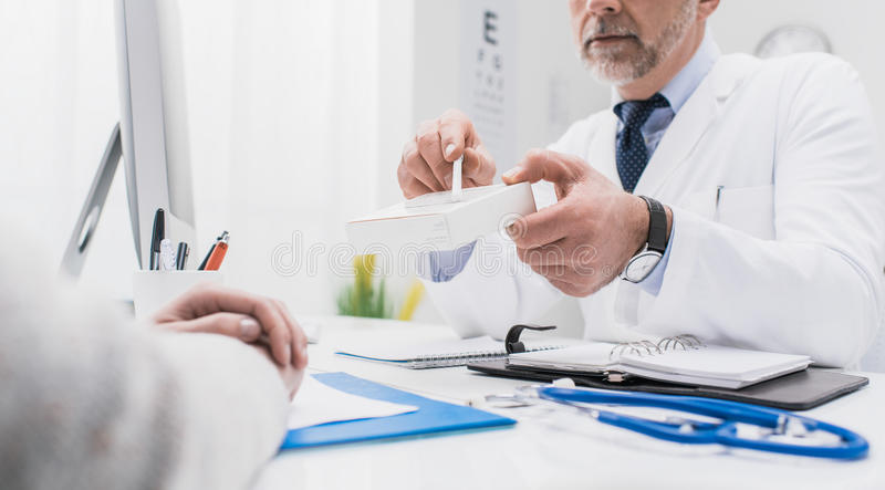 给处方医学的医生 免版税库存图片