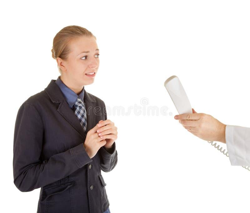 给女孩办公室电话联系的年轻人穿衣 库存照片