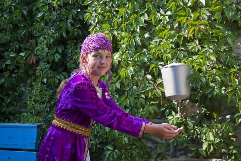 给女孩国家鞑靼人穿衣 免版税库存照片