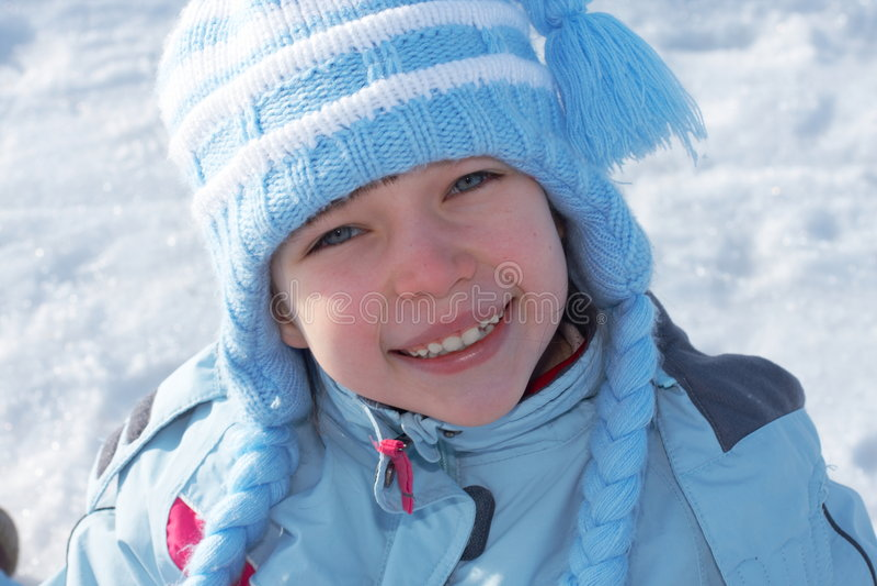 给女孩微笑的冬天穿衣 库存照片
