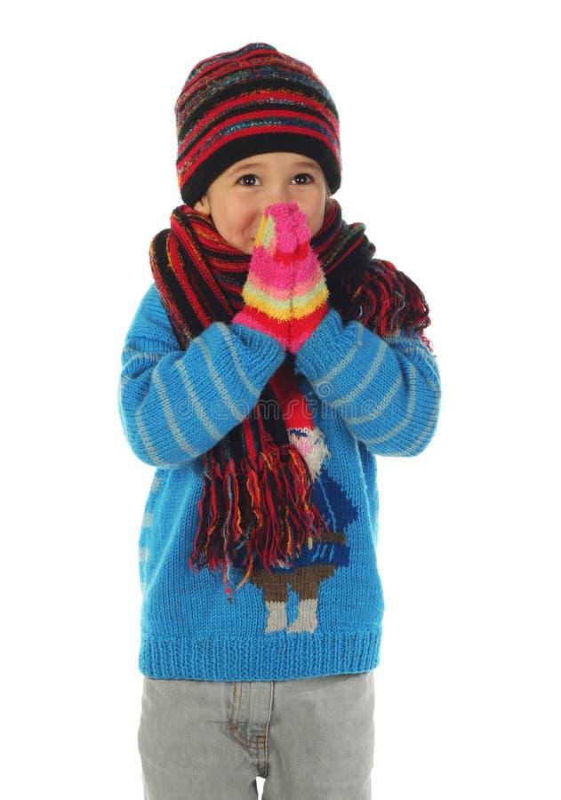 给女孩穿衣少许微笑的冬天 图库摄影