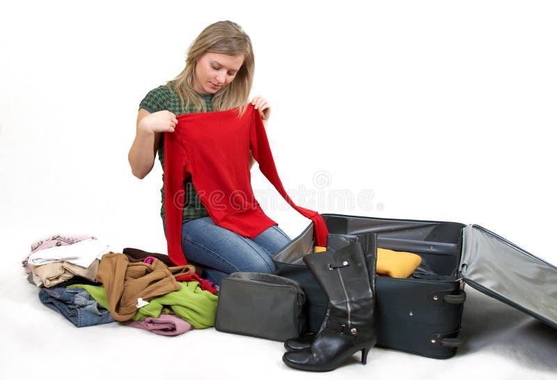 给女孩装箱穿衣 免版税库存图片
