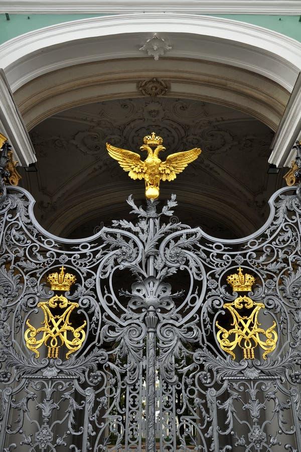 给宫殿彼得斯堡st冬天装门 免版税库存图片