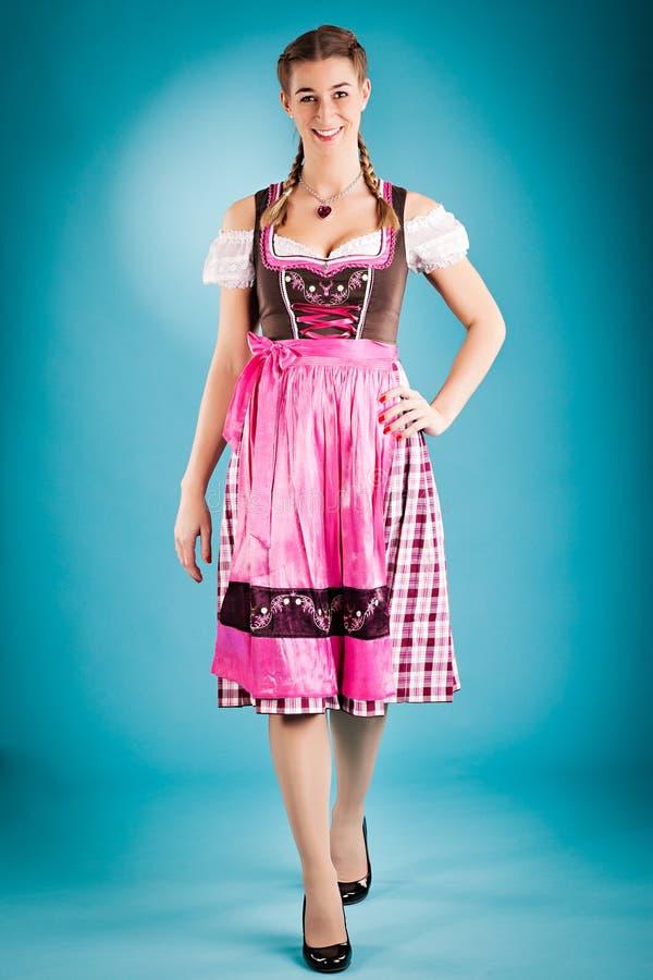 给少女装tracht传统妇女穿衣 库存图片