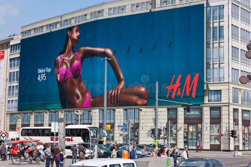 给广告牌h m做广告 免版税库存图片