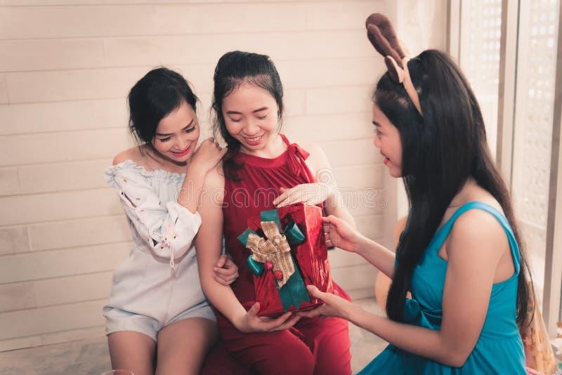 给惊奇礼物她的朋友我的画象亚裔女孩的 库存图片