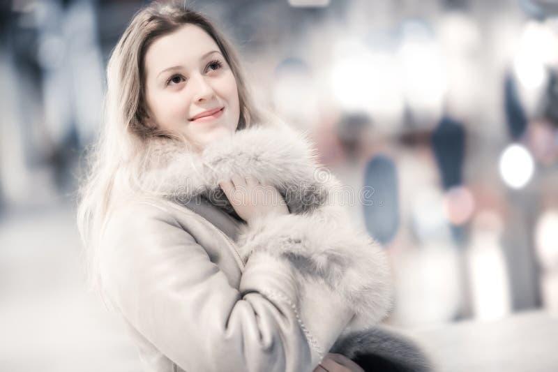 给户内纵向冬天妇女年轻人穿衣 图库摄影