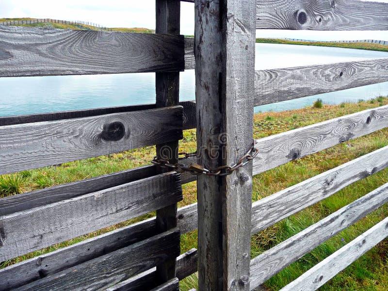 给木装门 在门之外的湖 免版税库存图片