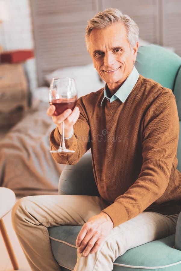 给杯酒的爱的关心的人他的妻子 库存图片
