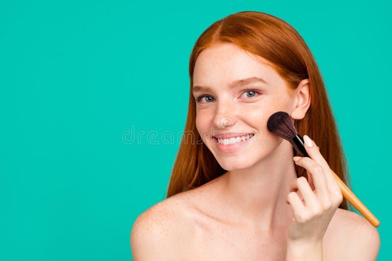 给概念做广告 好迷人的正面裸体红发女孩画象有发光纯净干净新鲜光滑至善至美的 库存照片